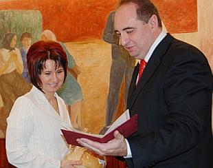 Dr. Bodonea Izabella a polgármestertől vette át az okiratot (Fotó: Kecskeméti Krisztina)