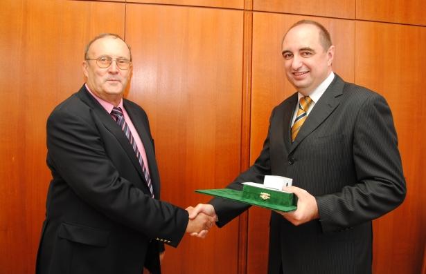 Dr. Bándy Rezső átvette a kitüntetést dr. Dancsó Józseftől (Fotó: Melega Krisztián)