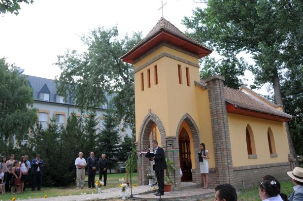 dr. Duray Gergő, a kórház főigazgatója mond beszédet az új kápolna előtt (Fotó: Kecskeméti Krisztina)