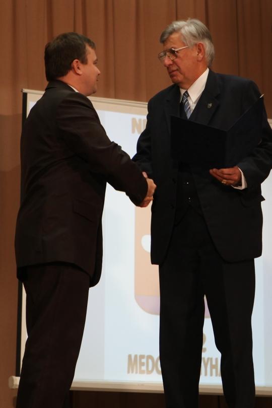 Az elismerést Kónya István, a megyei közgyűlés alelnöke adta át dr. Formann Istvánnak