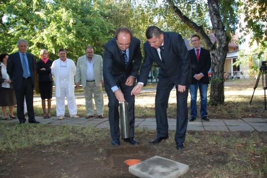 Dr. Dancsó József polgármester és Dr. Kalmár Mihály helyezi el az új technológiai tömb alapkövét