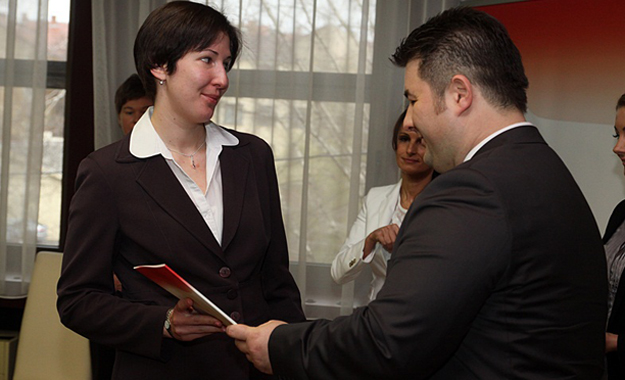Lazányi Magda átveszi kinevezését Erdős Norbert kormánymegbízottól (Fotó: Ignácz Bence)