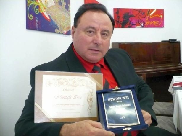 Musztafa Imre az elismeréssel (Fotó: Facebook)
