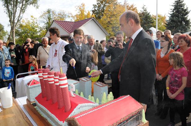 Az ünnepi tortából jutott a gyár dolgozóinak, családtagjainak egy-egy szelet