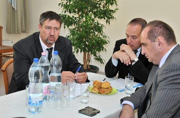 Simonka György, Hölvényi György és dr. Dancsó József az egyeztetésen (Fotó: Rajki Judit)