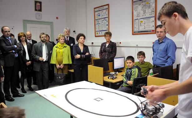Hoffmann Rózsa a robotika szakkörösök munkáját is megnézte Fotó: Kecskeméti Krisztina