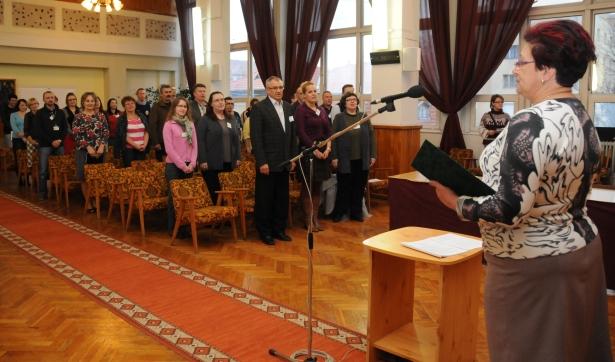Hegedűsné dr. Hegedűs Mária címzetes főjegyző előtt tették le az esküt a hivatalnokok (Fotó: Melega Krisztián)