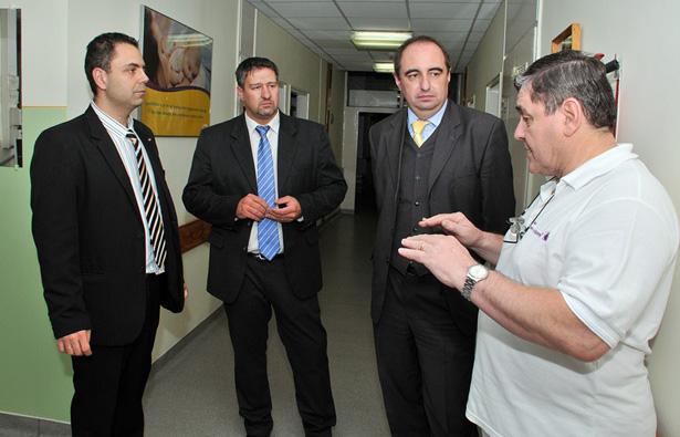 Duray főigazgató kalauzolta körbe Dancsó és Simonka képviselőket a kórházban (fotó: Rajki Judit)