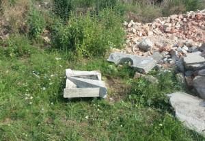 Egy sírkő maradványai egy monori tanyán